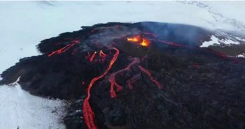 Les images spectaculaires du volcan Fagradalsfjall en éruption sous la neige
