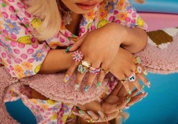 Kidcore : une tendance bijoux qui nous pousse en enfance