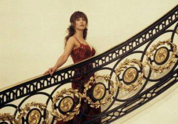 Histoire d'une tenue : le symbolisme caché de la robe rouge de Sophie Marceau dans James Bond