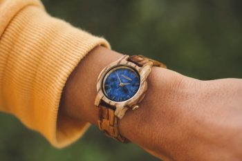 Des montres uniques en bois et en pierre à offrir à vos proches