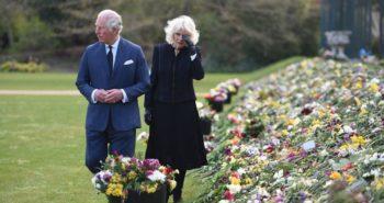 Le prince Charles et Camilla très émus en découvrant les hommages du peuple anglais au prince Philip