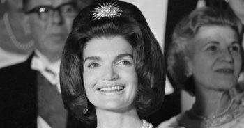 Bijoux : L'histoire cachée derrière la broche en forme de soleil que Jackie Kennedy portait dans les cheveux